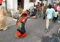 अनूठी परंपरा…जब हाथ में डंडे लेकर महिलाएं दौड़ीं, तो पुरुषों का हुआ बुरा हाल