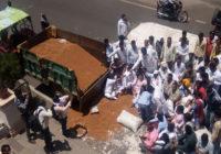 गुस्साए किसानों ने सड़क पर ढोल दी लहसुन और चने से भरी ट्रॉली