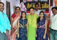 कोलकाता के आइटी इंजीनियर दंपती ने जुड़वा बहनों को लिया गोद