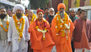 अयोध्या में राम मंदिर निर्माण की मांग को लेकर उपवास पर बैठे संत