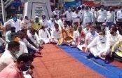 विरोध में भूले नियम:कमलनाथ पर हुई FIR के विरोध में कांग्रेसियों ने धरना देकर नारेबाजी की